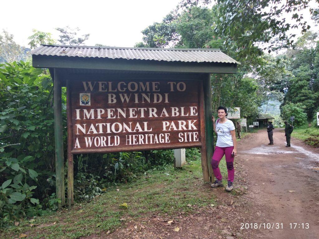 Junto al cartel de entrada al Parque Nacional del Bosque Impenetrable de Bwindi